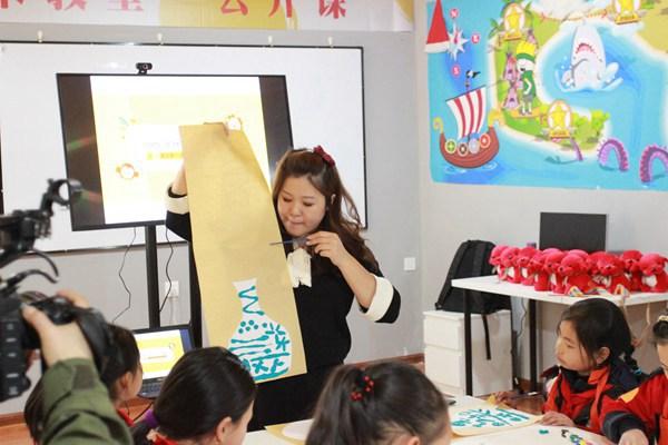 少儿美术教育专家侯佩岑正在为孩子们讲课