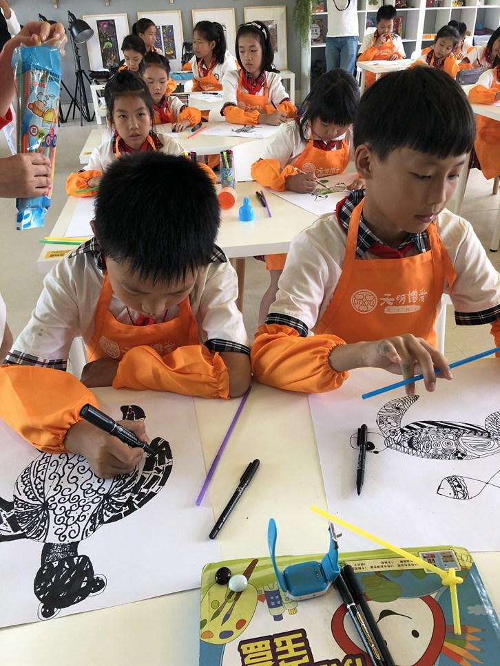 美术教室里面学生正在画画