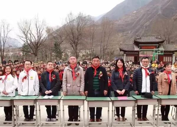 九寨沟的县领导、天明公益基金主任庆贺、美院帮CEO张琰
