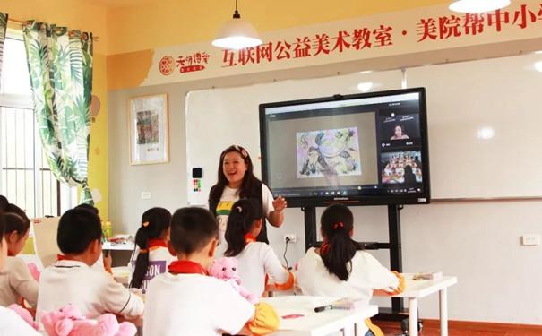 少儿美术教育专家侯佩岑老师正在为孩子们上美术课