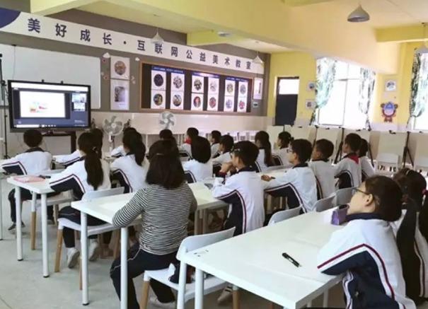 正在听美院帮老师讲课的学生