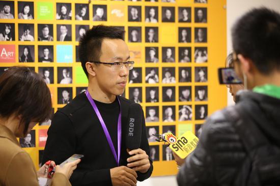 美院帮CEO张琰正在接受新浪记者采访