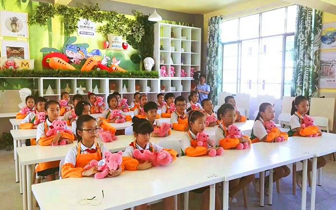 贺子珍小学坐在美术教室里面上课