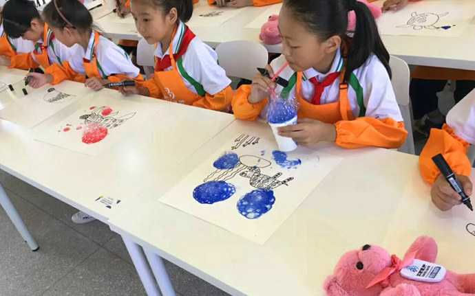 学生正在画画
