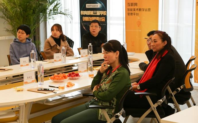 美院帮ceo张琰为于俊红、蔡奭旻女士讲解公司业务