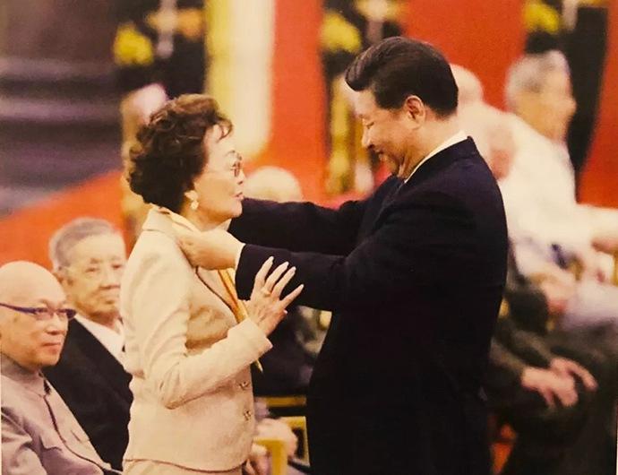 黄麓教育集团总顾问、北京黄麓学校名誉校长张素久在纪念抗日战争胜利七十周年活动接受领导人授勋