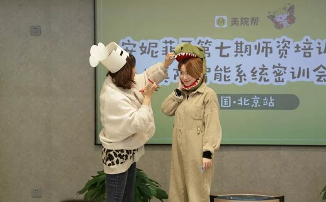 校长扮演鳄鱼怕怕课程里面的角色
