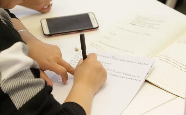 少儿美术校长们正在做笔记