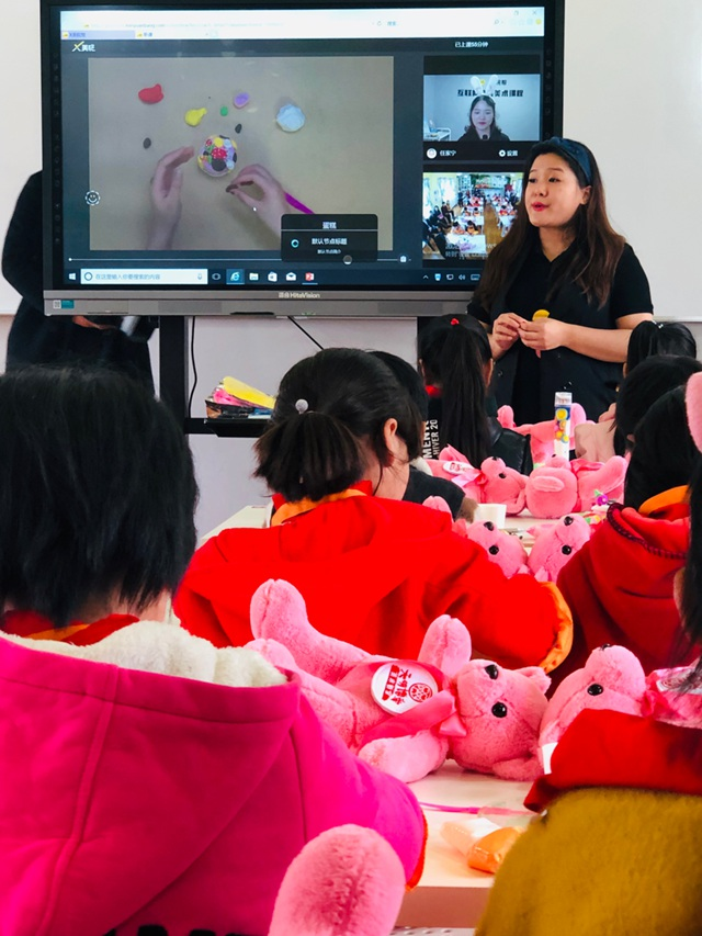 兔子老师和候老师正在上美术课