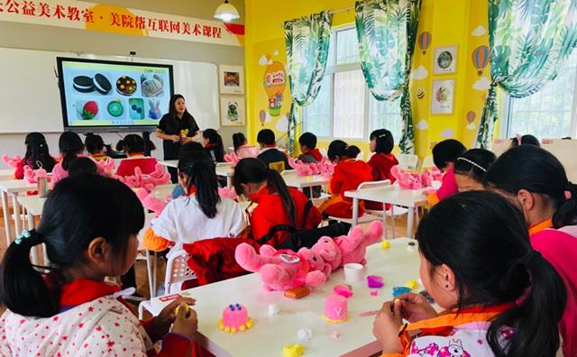 侯老师正在为廉村实验学校学生上美术课
