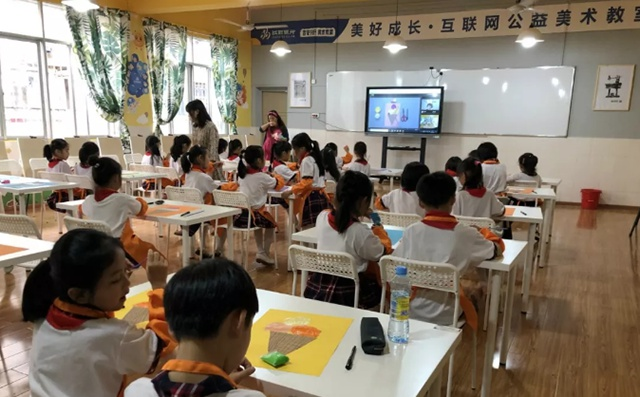 孩子正在互联网少儿美术教室上美术课