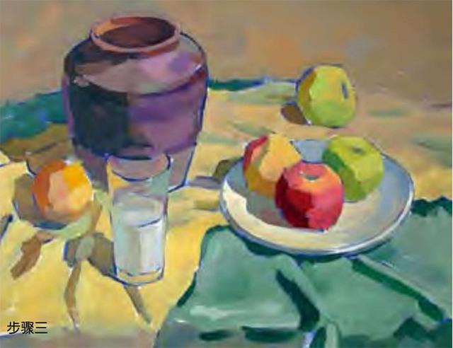 陶罐、白瓷盘、玻璃杯和水果的组合三