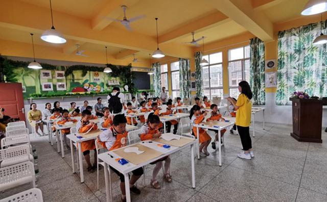 兔子老师为三阳明德学校的学生上美术课