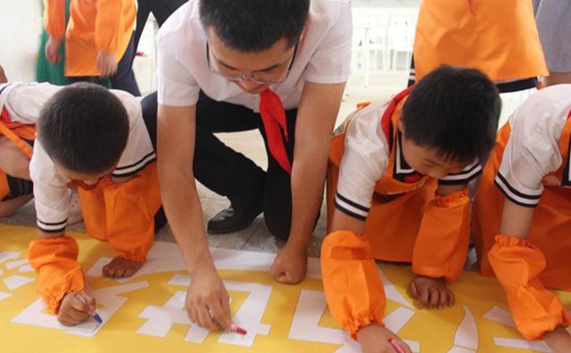 学生们在美院帮上签名
