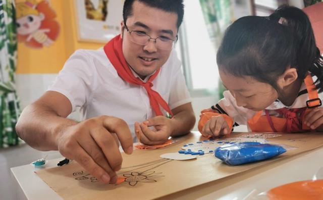 领导和学生共同完成美术作品