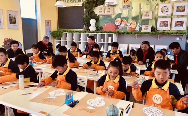 正在作画的孩子们