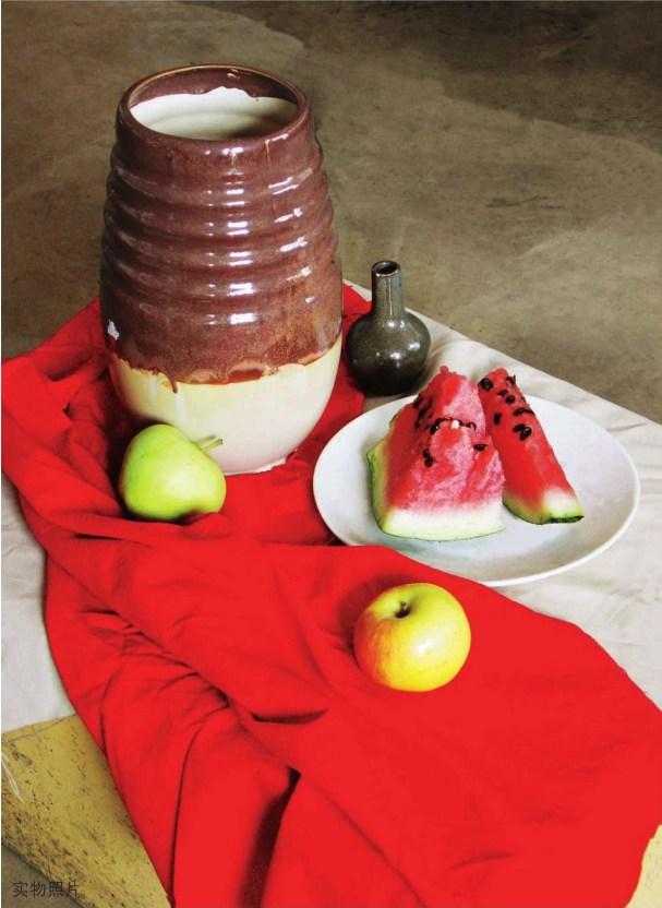 红色衬布上的陶罐